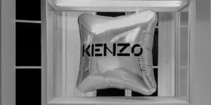 vitrine en bois avec ballon KENZO